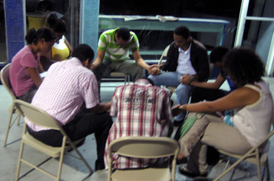 Grupo orando